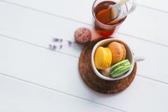 Macarons auf weißem hölzernem Hintergrund Stockbilder