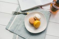 Macarons auf weißem hölzernem Hintergrund Lizenzfreie Stockfotos