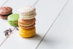 Macarons auf weißem hölzernem Hintergrund Stockbild