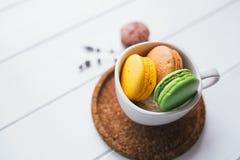 Macarons auf weißem hölzernem Hintergrund Stockfoto