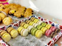 Macarons autentico in una scatola con altri dolci fotografia stock