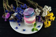 Macarons avec des fleurs Fermez-vous vers le haut des macarons image stock