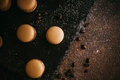 Macarons avec du chocolat, le caramel salé et la cannelle Photo stock
