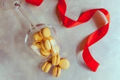 Macarons avec du chocolat, le caramel salé et la cannelle valentine Image libre de droits