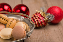 Macarons avec la décoration de Noël Photographie stock libre de droits