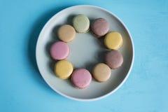 Macarons avec le fond bleu Photographie stock libre de droits
