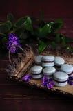 Macarons bleus avec le remplissage violet sur le plateau antique Photos libres de droits