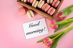 Macarons, carte de souhait et fleurs délicieux sur le fond de couleur image libre de droits
