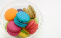 Macarons colorés délicieux dans la tasse Photos stock