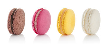 Macarons colorés d'isolement sur le fond blanc Photos stock