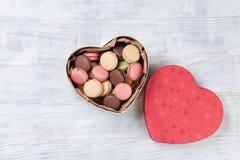 Macarons colorés dans le boîte-cadeau images stock