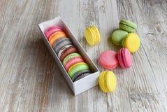 Macarons colorés dans le cadre image stock