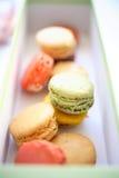 Macarons colorés dans le cadre Photographie stock libre de droits