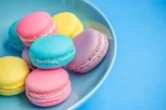 Macarons colorés dans le plat Image libre de droits