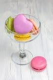 Macarons colorés dans le verre images stock