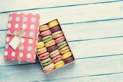 Macarons colorés dans un boîte-cadeau Images libres de droits