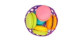 macarons colorés dans un panier en bambou images libres de droits