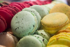 Macarons colorés en gros plan Photos stock