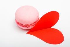 Macarons colorés français avec le coeur de papier rouge sur le backgroun blanc Image libre de droits