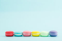 Macarons colorés français sur le fond en pastel, rétro dénommé Images stock
