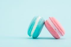 Macarons colorés français sur le fond en pastel, rétro dénommé Photos stock
