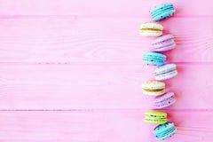 Macarons colorés savoureux à l'arrière-plan rose L'espace des textes Seul arbre congelé Photographie stock libre de droits