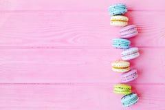Macarons colorés savoureux à l'arrière-plan rose L'espace des textes Seul arbre congelé Image stock