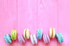 Macarons colorés savoureux à l'arrière-plan rose L'espace des textes Seul arbre congelé Images stock
