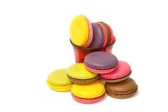 Macarons colorés sur le blanc Photographie stock