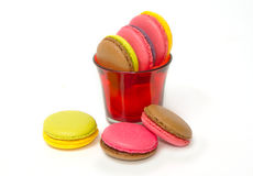 Macarons colorés sur le blanc Photo stock