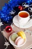 Macarons colorés sur le fond d'arbre de Christmass Photographie stock libre de droits