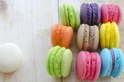 Macarons colorés sur le fond en bois Photo stock