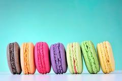 Macarons colorés sur un fond vert Image libre de droits