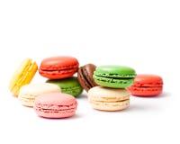 Macarons coloridos aislados en el backrgound blanco Imagenes de archivo