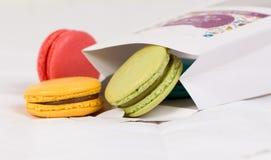 Macarons coloridos en bolso foto de archivo libre de regalías