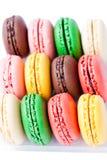 Macarons coloridos en el backrgound blanco Foto de archivo