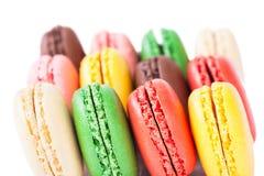 Macarons coloridos en el backrgound blanco Imágenes de archivo libres de regalías