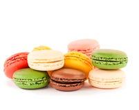 Macarons coloridos en el backrgound blanco Fotos de archivo