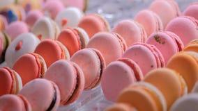 Macarons coloridos en el escaparate de la tienda del caramelo metrajes