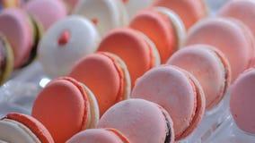 Macarons coloridos en el escaparate de la tienda del caramelo almacen de video
