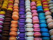Macarons - macarons coloridos franceses com vários sabores foto de stock