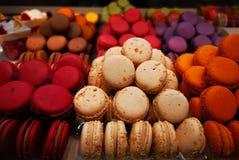 Macarons - macarons coloridos franceses com vários sabores fotos de stock royalty free