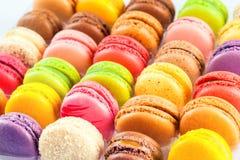 Macarons coloridos franceses tradicionales en una caja Foto de archivo libre de regalías