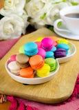 Macarons coloridos na placa branca Fotos de Stock
