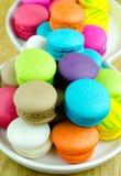 Macarons coloridos na placa branca Fotografia de Stock Royalty Free