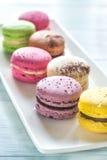 Macarons coloridos na placa branca Imagens de Stock Royalty Free