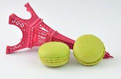 Macarons com torre Eiffel Fotografia de Stock Royalty Free