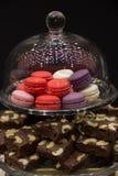 Macarons con il dolce di cioccolato Fotografia Stock Libera da Diritti