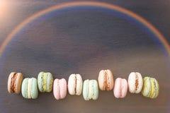 Macarons, configuration d'appartement de vue supérieure, macaron doux sur l'ardoise de noir d'arc-en-ciel Images stock