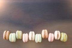 Macarons, configuration d'appartement de vue supérieure, macaron doux sur l'ardoise noire Photo libre de droits
